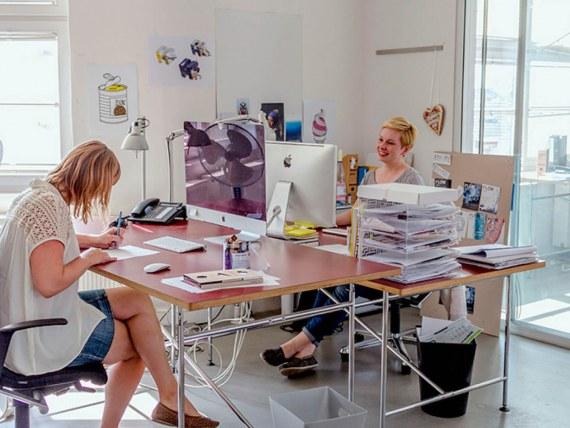 Eindruck Büroalltag_Designer bei der Arbeit